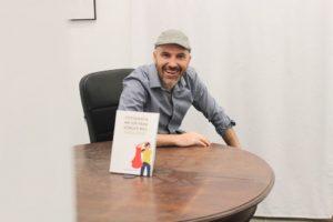 Javier Sancho con libro fotografía mejor para vender más